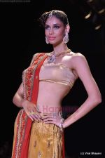 Model walks the ramp for Scintillating Jewellery show at IIJW 2011 Day 2 in Grand Hyatt on 1st Aug 2011 (69).JPG