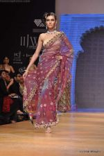Model walks the ramp for Scintillating Jewellery show at IIJW 2011 Day 2 in Grand Hyatt on 1st Aug 2011 (83).JPG