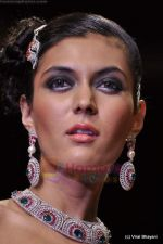 Model walks the ramp for Scintillating Jewellery show at IIJW 2011 Day 2 in Grand Hyatt on 1st Aug 2011 (84).JPG