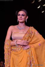 Model walks the ramp for Scintillating Jewellery show at IIJW 2011 Day 2 in Grand Hyatt on 1st Aug 2011 (85).JPG