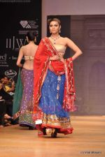 Model walks the ramp for Scintillating Jewellery show at IIJW 2011 Day 2 in Grand Hyatt on 1st Aug 2011 (87).JPG