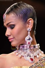Model walks the ramp for Scintillating Jewellery show at IIJW 2011 Day 2 in Grand Hyatt on 1st Aug 2011 (91).JPG