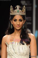 Vasuki Sunkavalli at I AM She 2011 winner walks the ramp for Golecha Jewels at IIJW 2011 in Grand Hyatt, Mumbai on 1st Aug 2011 (21).JPG