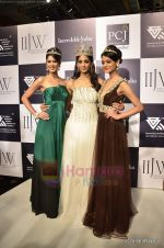 Vasuki Sunkavalli, Parul Duggal at I AM She 2011 winner walks the ramp for Golecha Jewels at IIJW 2011 in Grand Hyatt, Mumbai on 1st Aug 2011 (14).JPG