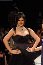 Zarine Khan walks the ramp for Johara by Divya Ahuja show at IIJW 2011 Day 2 in Grand Hyatt on 1st Aug 2011 (67).JPG