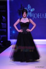 Zarine Khan walks the ramp for Johara by Divya Ahuja show at IIJW 2011 Day 2 in Grand Hyatt on 1st Aug 2011 (68).JPG