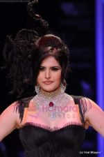 Zarine Khan walks the ramp for Johara by Divya Ahuja show at IIJW 2011 Day 2 in Grand Hyatt on 1st Aug 2011 (74).JPG