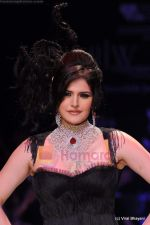 Zarine Khan walks the ramp for Johara by Divya Ahuja show at IIJW 2011 Day 2 in Grand Hyatt on 1st Aug 2011 (75).JPG