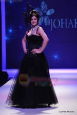 Zarine Khan walks the ramp for Johara by Divya Ahuja show at IIJW 2011 Day 2 in Grand Hyatt on 1st Aug 2011 (77).JPG