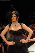 Zarine Khan walks the ramp for Johara by Divya Ahuja show at IIJW 2011 Day 2 in Grand Hyatt on 1st Aug 2011 (80).JPG