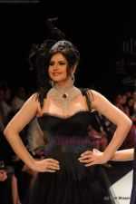 Zarine Khan walks the ramp for Johara by Divya Ahuja show at IIJW 2011 Day 2 in Grand Hyatt on 1st Aug 2011 (81).JPG