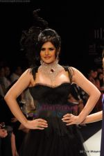 Zarine Khan walks the ramp for Johara by Divya Ahuja show at IIJW 2011 Day 2 in Grand Hyatt on 1st Aug 2011 (82).JPG