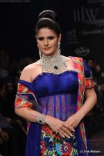 Zarine Khan walks the ramp for Dwarkadas Chandumal Jewellers show at IIJW 2011 Day 3 in Grand Hyatt on 2nd Aug 2011 (105).JPG