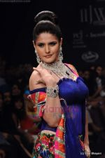 Zarine Khan walks the ramp for Dwarkadas Chandumal Jewellers show at IIJW 2011 Day 3 in Grand Hyatt on 2nd Aug 2011 (106).JPG