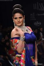 Zarine Khan walks the ramp for Dwarkadas Chandumal Jewellers show at IIJW 2011 Day 3 in Grand Hyatt on 2nd Aug 2011 (107).JPG