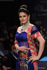 Zarine Khan walks the ramp for Dwarkadas Chandumal Jewellers show at IIJW 2011 Day 3 in Grand Hyatt on 2nd Aug 2011 (109).JPG