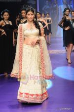 Feroze Gujral walks the ramp for Alpana Gujral show at IIJW 2011 Day 4 in Grand Hyatt on 3rd Aug 2011 (70).JPG