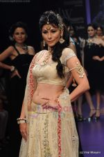 Feroze Gujral walks the ramp for Alpana Gujral show at IIJW 2011 Day 4 in Grand Hyatt on 3rd Aug 2011 (71).JPG