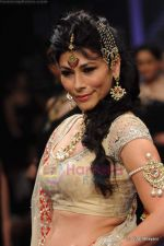 Feroze Gujral walks the ramp for Alpana Gujral show at IIJW 2011 Day 4 in Grand Hyatt on 3rd Aug 2011 (74).JPG