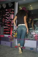 Ayesha Kapoor of Black fame at her own store launch in Infinity Mall, Malad on 9th Aug 2011 (34).JPG