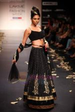 Model walks the ramp for Anita Dongre Show at Lakme Fashion Week 2011 Day 2 in Grand Hyatt, Mumbai on 18th Aug 2011 (49).JPG