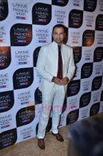 Rohit Roy at Lakme Fashion Week 2011 Day 2 in Grand Hyatt, Mumbai on 18th Aug 2011-1 (27).JPG