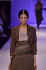Model walk the ramp for Pero By Aneeth Arora show at Lakme Fashion Week 2011 on 20th Aug 2011 (16).JPG