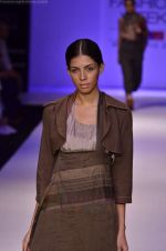 Model walk the ramp for Pero By Aneeth Arora show at Lakme Fashion Week 2011 on 20th Aug 2011 (17).JPG