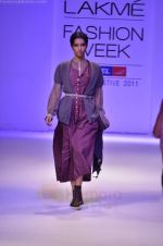 Model walk the ramp for Pero By Aneeth Arora show at Lakme Fashion Week 2011 on 20th Aug 2011 (20).JPG