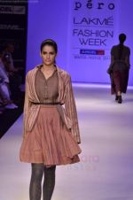 Model walk the ramp for Pero By Aneeth Arora show at Lakme Fashion Week 2011 on 20th Aug 2011 (23).JPG
