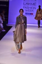 Model walk the ramp for Pero By Aneeth Arora show at Lakme Fashion Week 2011 on 20th Aug 2011 (24).JPG