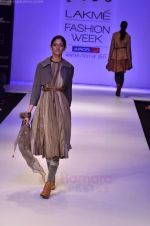 Model walk the ramp for Pero By Aneeth Arora show at Lakme Fashion Week 2011 on 20th Aug 2011 (25).JPG