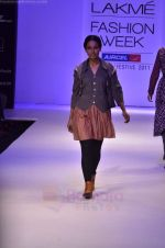 Model walk the ramp for Pero By Aneeth Arora show at Lakme Fashion Week 2011 on 20th Aug 2011 (27).JPG