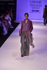 Model walk the ramp for Pero By Aneeth Arora show at Lakme Fashion Week 2011 on 20th Aug 2011 (29).JPG
