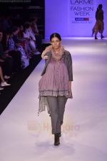 Model walk the ramp for Pero By Aneeth Arora show at Lakme Fashion Week 2011 on 20th Aug 2011 (44).JPG