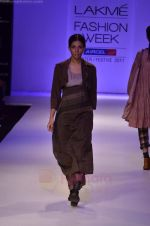 Model walk the ramp for Pero By Aneeth Arora show at Lakme Fashion Week 2011 on 20th Aug 2011 (15).JPG