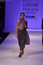 Model walk the ramp for Pero By Aneeth Arora show at Lakme Fashion Week 2011 on 20th Aug 2011 (18).JPG