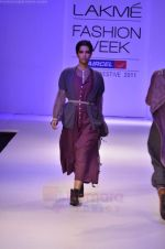 Model walk the ramp for Pero By Aneeth Arora show at Lakme Fashion Week 2011 on 20th Aug 2011 (21).JPG