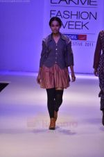 Model walk the ramp for Pero By Aneeth Arora show at Lakme Fashion Week 2011 on 20th Aug 2011 (26).JPG