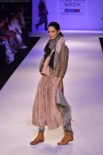 Model walk the ramp for Pero By Aneeth Arora show at Lakme Fashion Week 2011 on 20th Aug 2011 (43).JPG