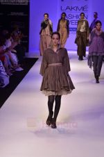 Model walk the ramp for Pero By Aneeth Arora show at Lakme Fashion Week 2011 on 20th Aug 2011 (47).JPG