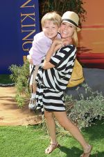 Julie Bowen attends the World Premiere of movie The Lion King 3D at the El Capitan Theater on 27th August 2011 (4).jpg