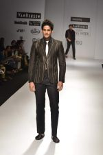 Model walk the ramp for Manoviraj Khosla at Van Heusen India Mens Week Day 3 on 4th Sept 2011 (45).JPG