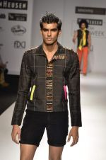 Model walk the ramp for Manoviraj Khosla at Van Heusen India Mens Week Day 3 on 4th Sept 2011 (50).JPG