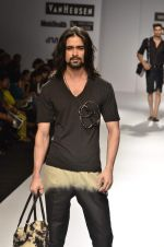 Model walk the ramp for Manoviraj Khosla at Van Heusen India Mens Week Day 3 on 4th Sept 2011 (68).JPG