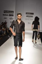 Model walk the ramp for Manoviraj Khosla at Van Heusen India Mens Week Day 3 on 4th Sept 2011 (70).JPG