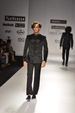Model walk the ramp for Manoviraj Khosla at Van Heusen India Mens Week Day 3 on 4th Sept 2011 (84).JPG
