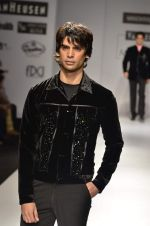 Model walk the ramp for Manoviraj Khosla at Van Heusen India Mens Week Day 3 on 4th Sept 2011 (86).JPG