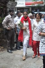 Kajol, Tanuja at the farewell to photogrpaher Gautam Rajadhyaksha in Mumbai on 13th Sept 2011 (26).JPG