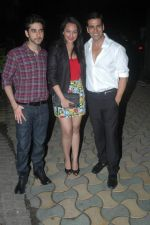 Vinay Virmani, Akshay Kumar, Sonakshi Sinha at the Speedy Singhs bash on 21st Sept 2011 (60).JPG